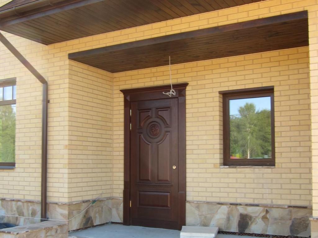 установка металлических дверей в коттеджном