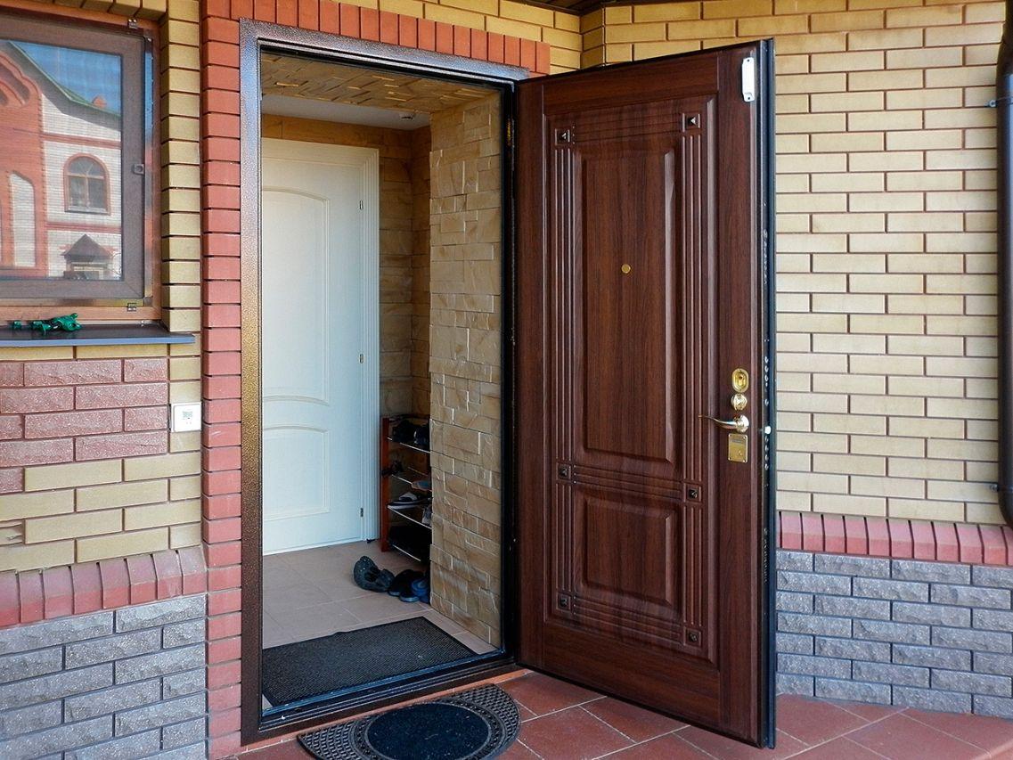 Какую дверь поставить в холодный тамбур дома